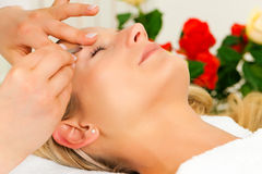 Frau am kosmetischen Salon erhält die eyebrowes Tri stockbild