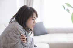 Frau krank und kalt sich fühlen stockbild
