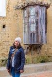 Frau längsseits einer antiken Kirche stockbild