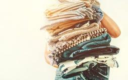 Frau lässt blaue und beige Wäscherei des Handgroße Stapels ein lizenzfreie stockfotos