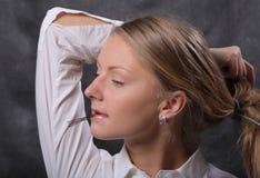 Frau lässt ihr Haar unten Lizenzfreies Stockfoto