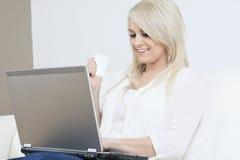 Frau labtop Kreditkarte Lizenzfreie Stockfotos