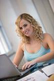Frau am Laptop zu Hause Lizenzfreies Stockfoto