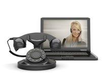 Frau am Laptopbildschirm und am alten Drehtelefon stockfoto