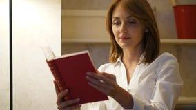 Frau las Buch zu Hause stock footage