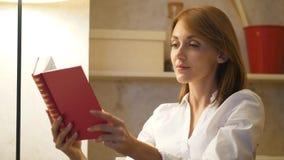 Frau las Buch zu Hause, klassische Literatur stock video