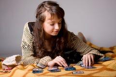 Frau las die Karten Stockfotos