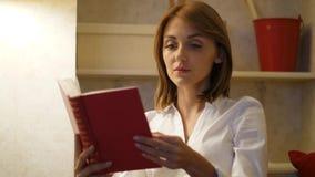 Frau las ergreifendes neues Buch zu Hause stock footage