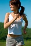 Frau laufen gelassen auf grünes Gras Stockbilder
