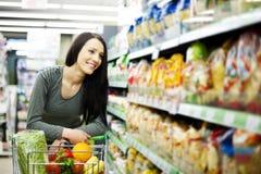 Frau am Lebensmittelgeschäftspeicher Stockbild