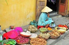 Frau am Lebensmittelmarkt in Vietnam Stockfoto