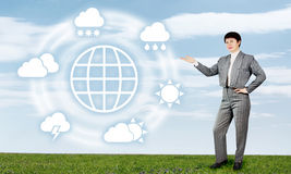Frau legt globale Wettervorhersage vor Lizenzfreies Stockbild