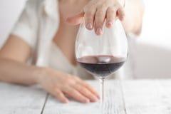 Frau lehnte ein Glas Wein ab stockbilder