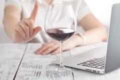 Frau lehnte ein Glas Wein ab lizenzfreie stockfotos