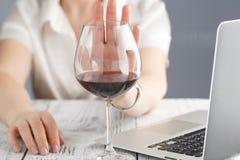 Frau lehnte ein Glas Wein ab lizenzfreie stockfotografie