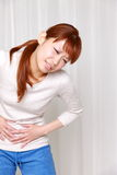 Frau leidet unter Magenschmerzen Stockfotografie