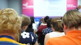 Frau lernt im Klassenzimmer Sprecher in der Klasse sagt über Politik und Finanzierung auf Podium Frauen bei der Sitzung und stock footage
