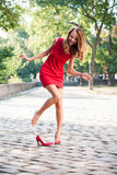Frau ließ ihren Schuh fallen Stockfoto