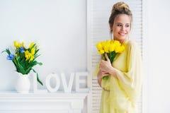 Frau, Liebe und Blumen Stockbilder