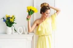 Frau, Liebe und Blumen Stockbild