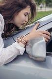 Frau liebt ihr Auto Stockbild