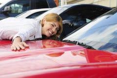 Frau liebt ihr neues Sportauto Stockfotografie