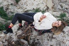 Frau liegt unter den Baumstümpfen Lizenzfreies Stockbild