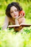 Frau liest Buch Lizenzfreie Stockbilder