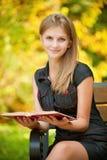 Frau liest Buch Lizenzfreies Stockbild