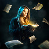 Frau liest Buch Stockfoto