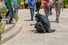 Frau liest die Hafez-Wörter Lizenzfreie Stockfotografie