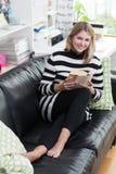 Frau liest ein Buch Lizenzfreies Stockfoto