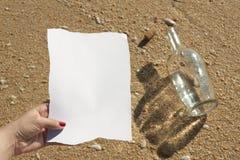 Frau liest eine Meldung von einer Flasche (schreiben Sie Text) Stockfoto