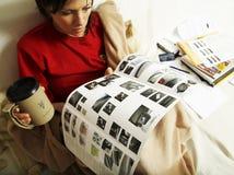 Frau liest eine neue Autobroschüre Stockbilder