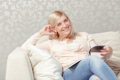 Frau liest Zeitschrift zu Hause Lizenzfreie Stockfotografie