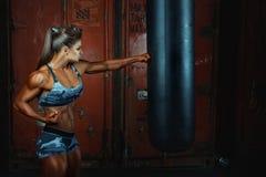 Frau locht eine Tasche für boxende Faust Lizenzfreie Stockfotos