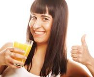 Frau lokalisierter Schuss, der Orangensaft trinkt Stockfotos