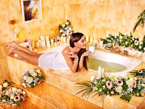 Frau am Luxusbadekurort. Stockfoto
