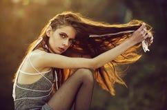 Frau Mädchen mit langer indie Frisur, hat Weiß einfangen Haar lizenzfreie stockbilder