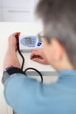 Frau maß ihren Blutdruck Stockbild