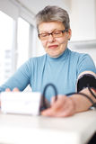 Frau maß ihren Blutdruck Lizenzfreies Stockbild