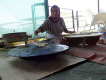 Frau machen eine traditionelle Mahlzeit Lizenzfreie Stockfotografie