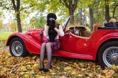 Frau machen Foto mit Auto auf Hintergrund Stockbild