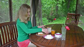 Frau machen Sandwiche stock video