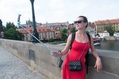 Frau machen selfie mit Smartphone in Prag, Tschechische Republik Lizenzfreie Stockfotos
