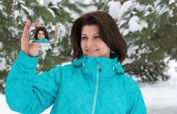 Frau macht ein salfi im schneebedeckten Wald lizenzfreies stockfoto