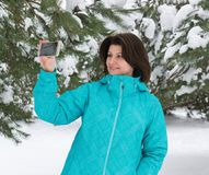 Frau macht ein salfi im schneebedeckten Wald lizenzfreies stockbild