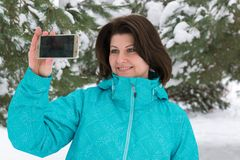 Frau macht ein salfi im schneebedeckten Wald lizenzfreie stockfotos