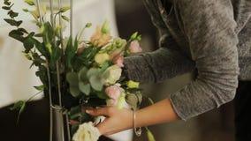 Frau macht einen Blumenstrauß von den Blumen stock footage