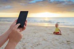 Frau macht Fotos ihres Sohns Stockbilder